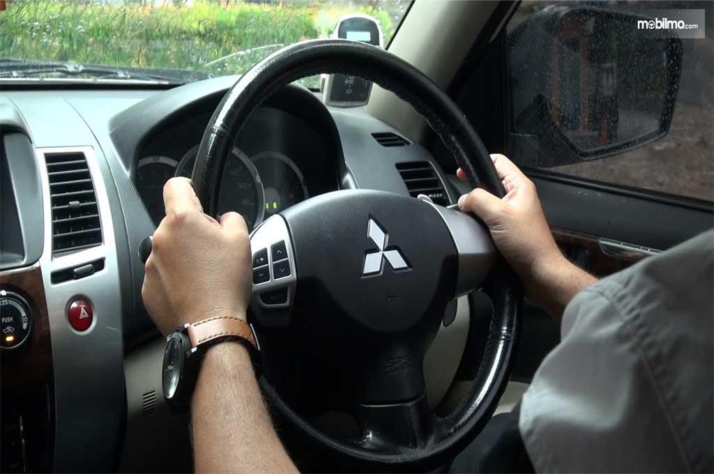 Cara memegang setir yang benar tangan berada di jarum jam 3 dan 9