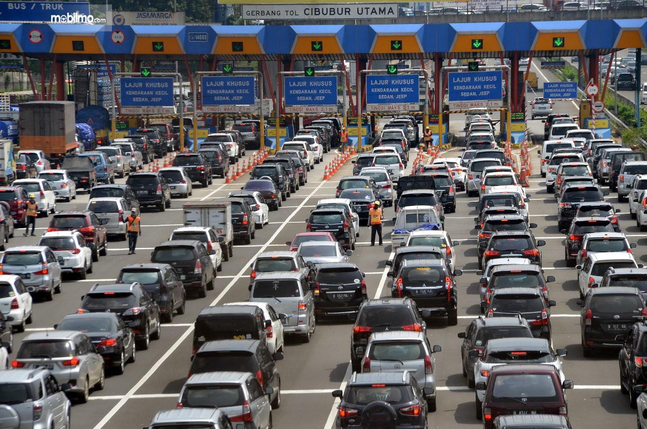 Foto kepadatan lalu lintas di Gerbang Tol Cibubur Utama