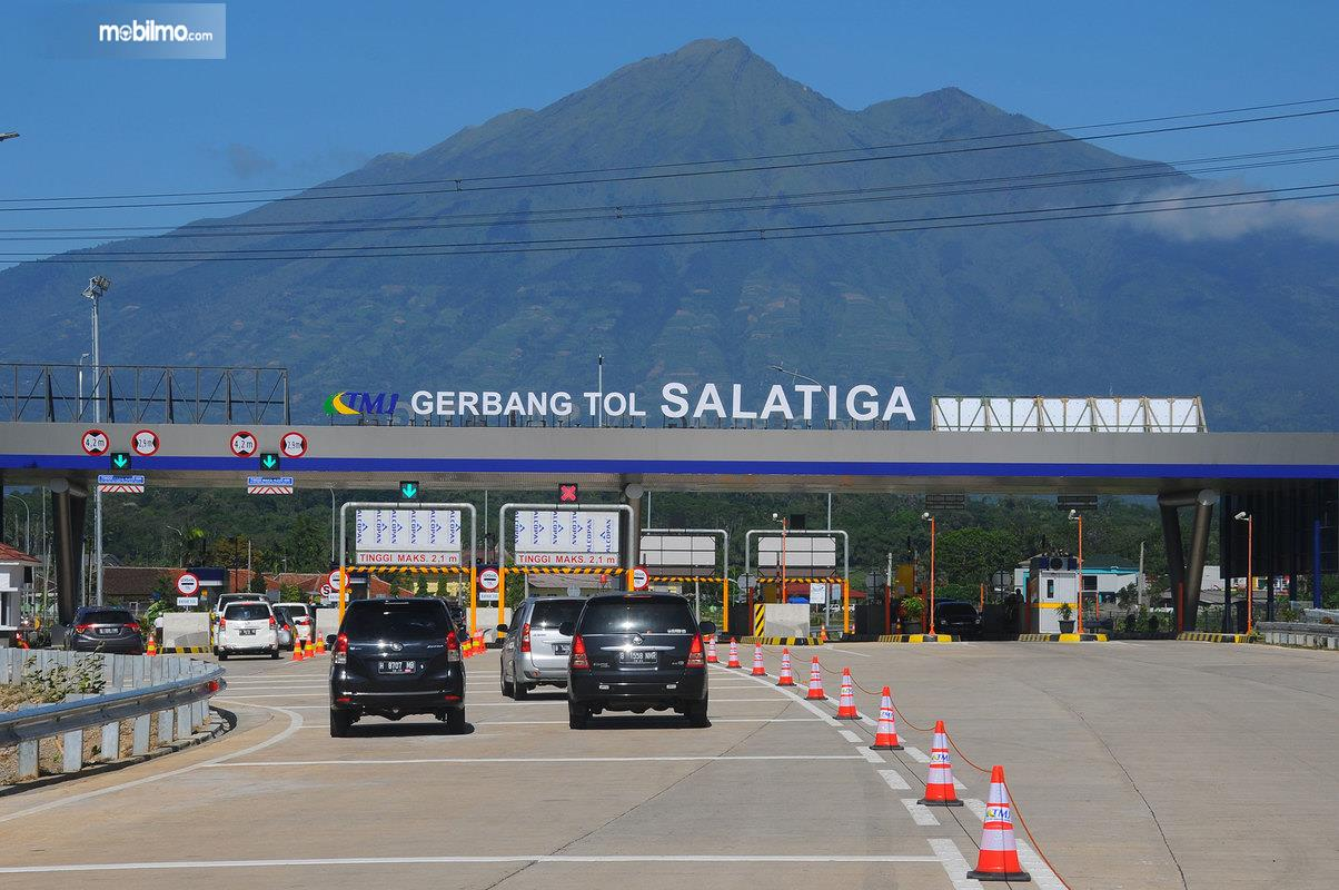 Foto Gerbang Tol Salatiga, Jawa Tengah berlatar belakang gunung Merbabu