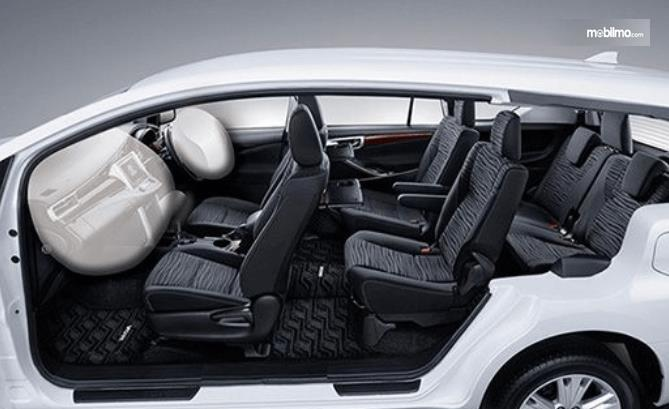 Gambar ini menunjukkan interior mobil Toyota Kijang Innova