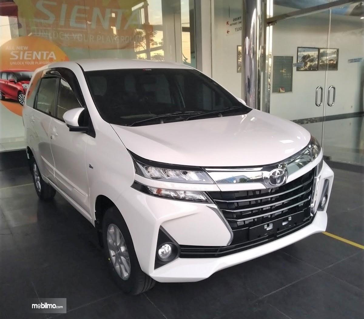 Foto Toyota Avanza 2019 di sebuah diler resmi. Dari depan tampak perubahan lebih kekinian