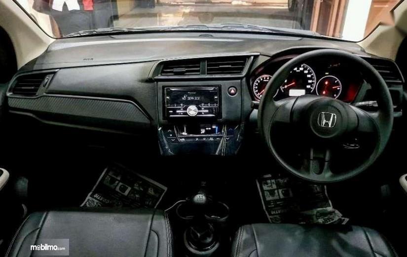 Gambar ini menunjukkan dashboard dan kemudi All New Honda Brio Satya S M/T 2019