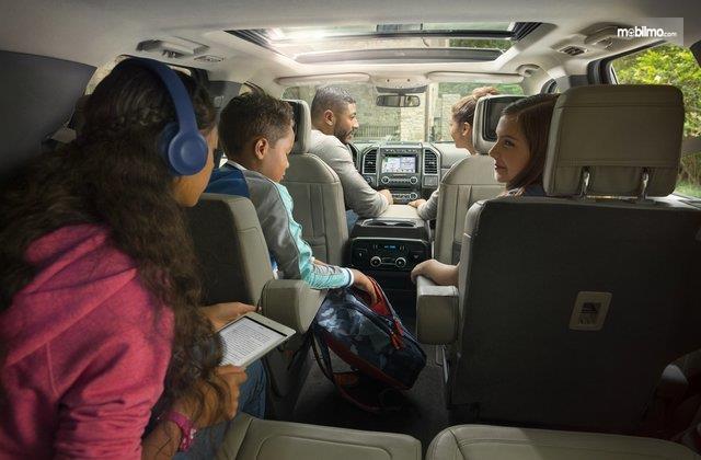 Foto naik mobil bersama keluarga, memilih tempat duduk yang paling nyaman