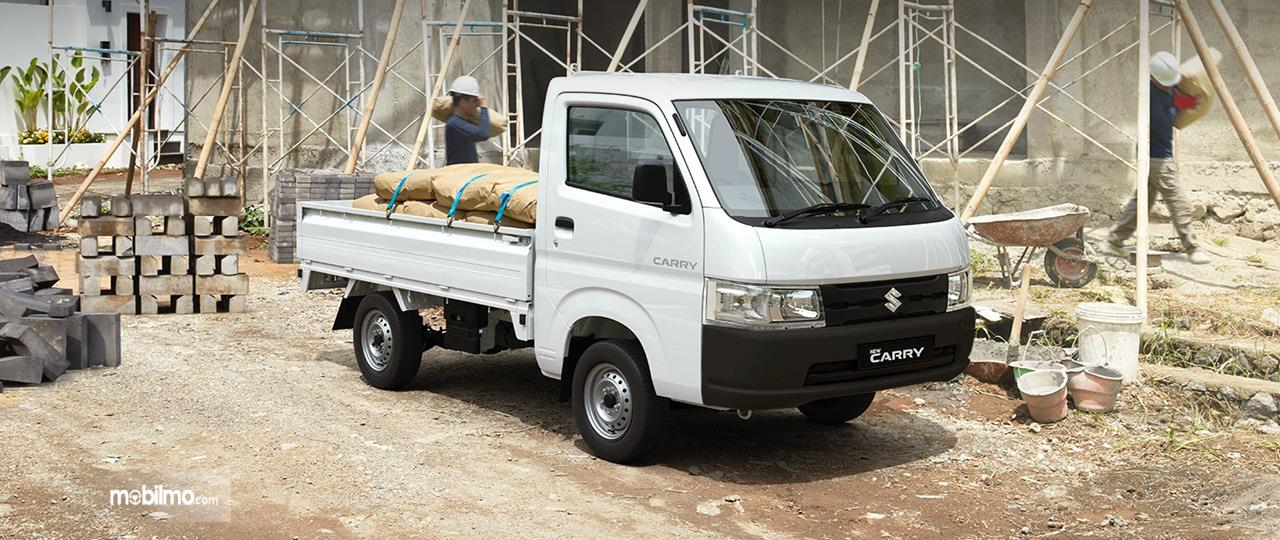 Gambar menunjukkan sebuah mobil New Suzuki Carry Pick Up 2019 berwarna putih