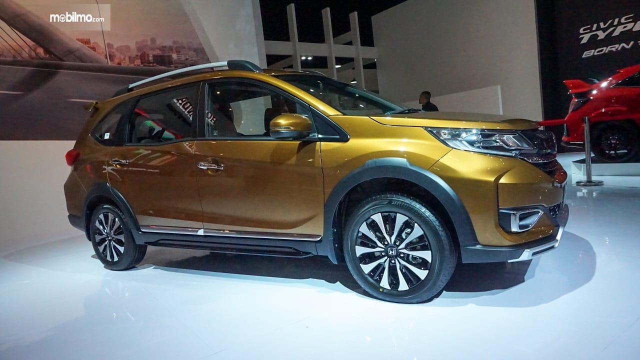 Gambar menunjukkan tampilan samping New Honda BR-V 2019 berwarna kuning