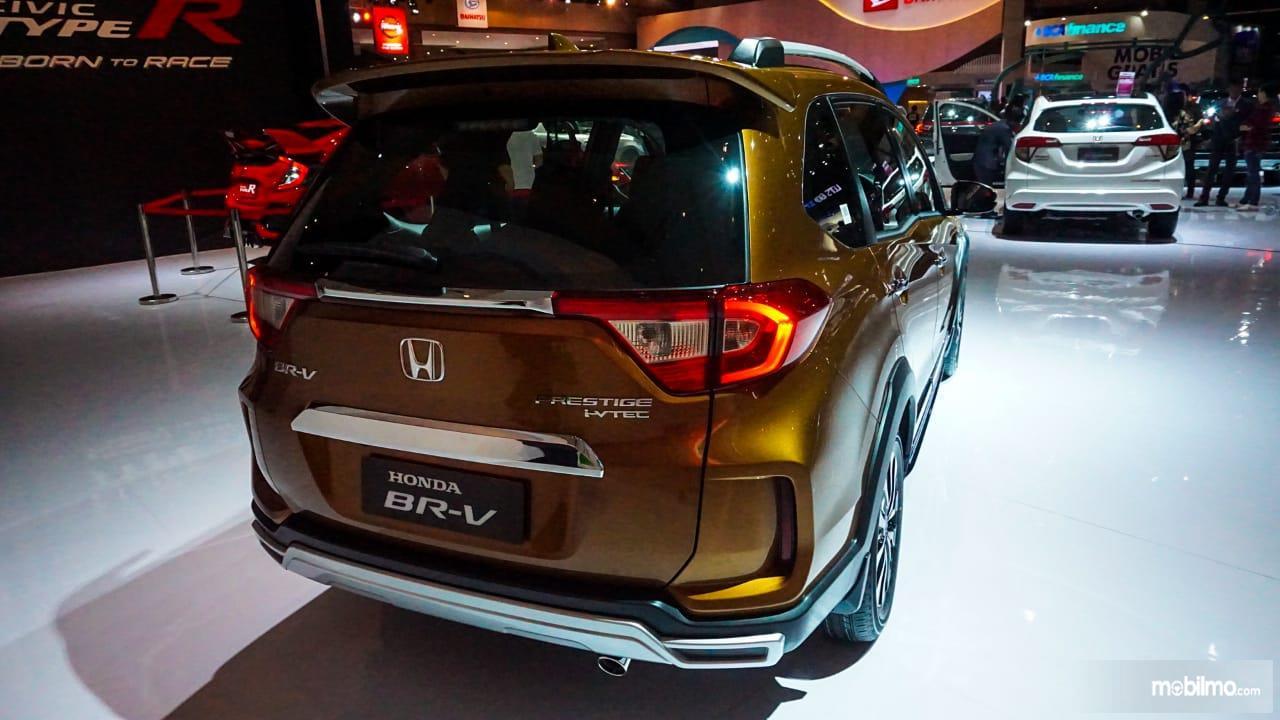 Gambar menunjukkan tampilan belakang New Honda BR-V 2019 berwarna kuning