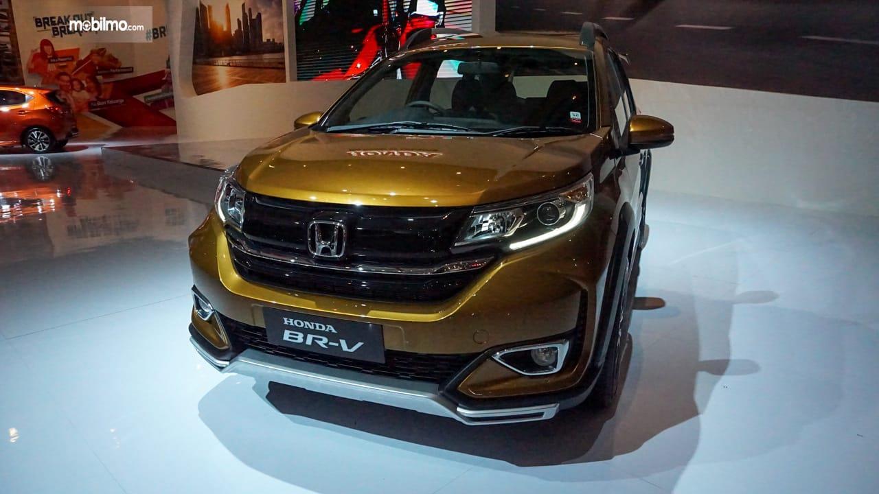 Gambar menunjukkan tampilan depan New Honda BR-V 2019 berwrna kuning