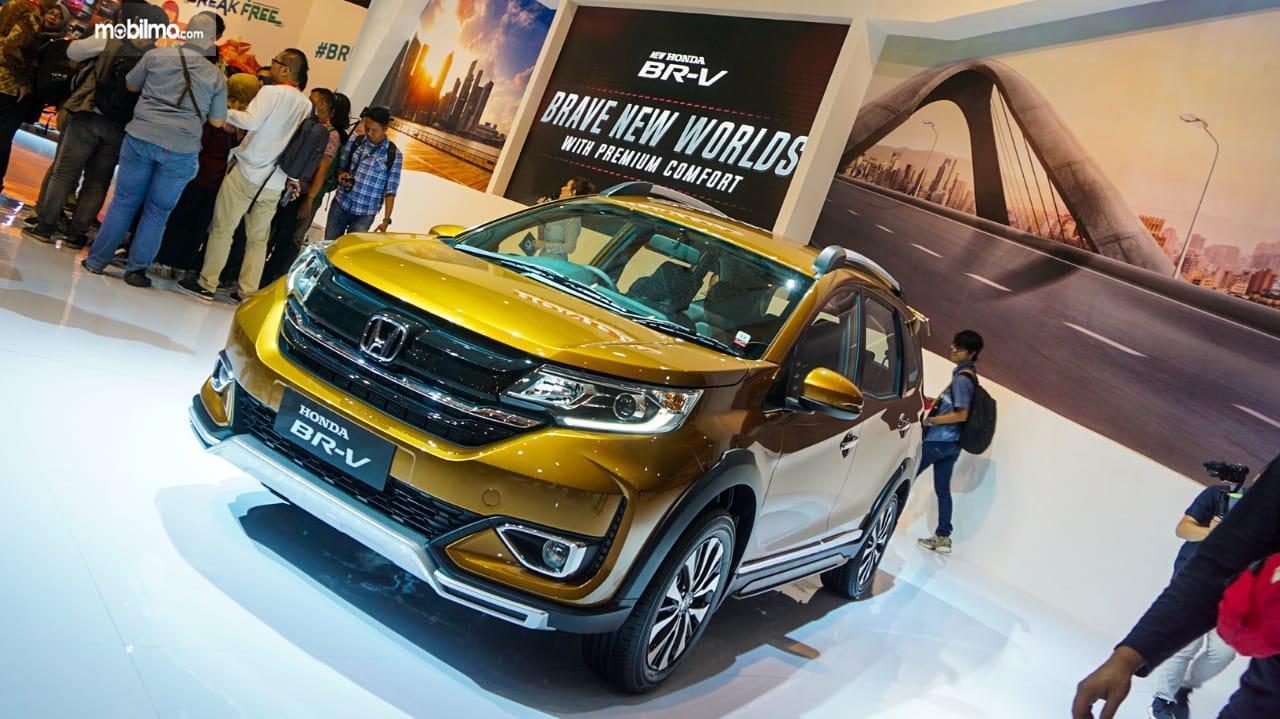 Gambar menunjukkan sebuah mobil New Honda BR-V 2019 berwarna kuning dilihat dari sisi depan