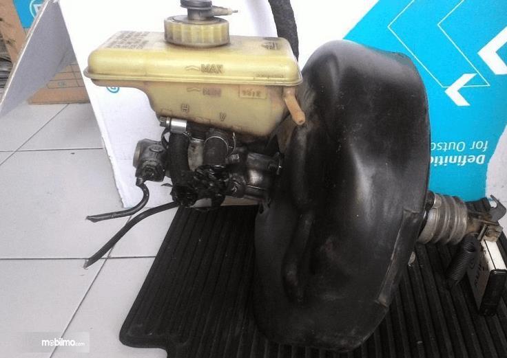 Gambar ini menunjukkan Booster rem pada mobil yang sudah dilepas