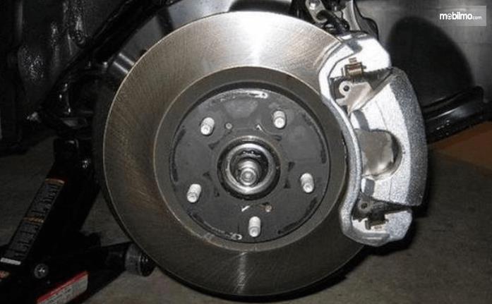 Gambar ini menunjukkan komponen pengereman pada mobil