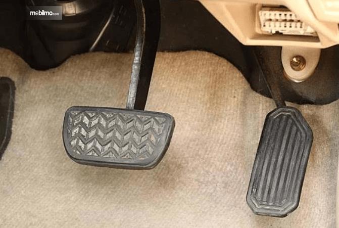 Gambar ini menunjukkan beberapa pedal pada mobil