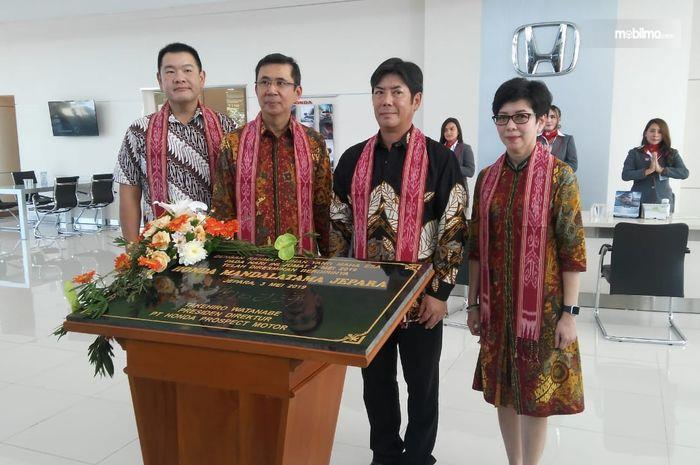 Foto bersama usai penandatanganan prasasti diler Honda Mandalatama Jepara