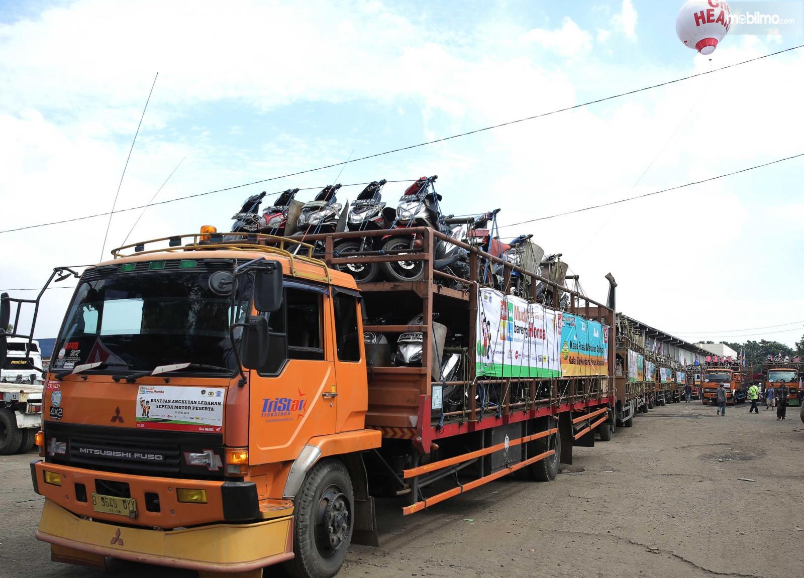 Foto truk sedang mengantarkan sepeda motor Honda milik para pemudik