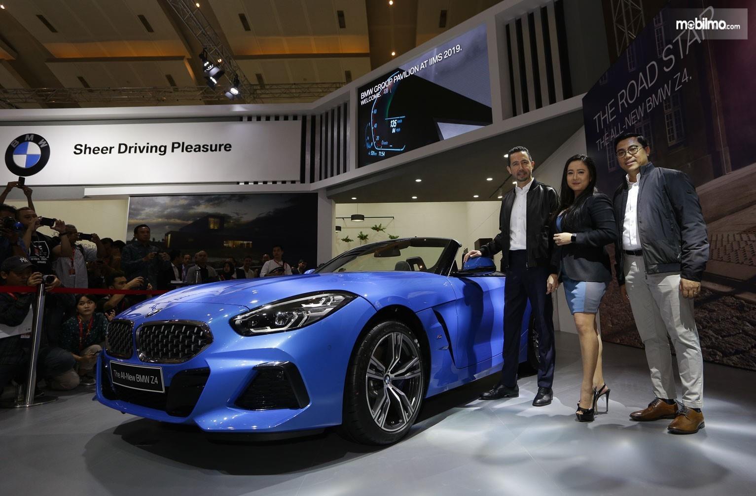 Foto BMW Z4 generasi terbaru saat diluncurkan di pameran IIMS 2019