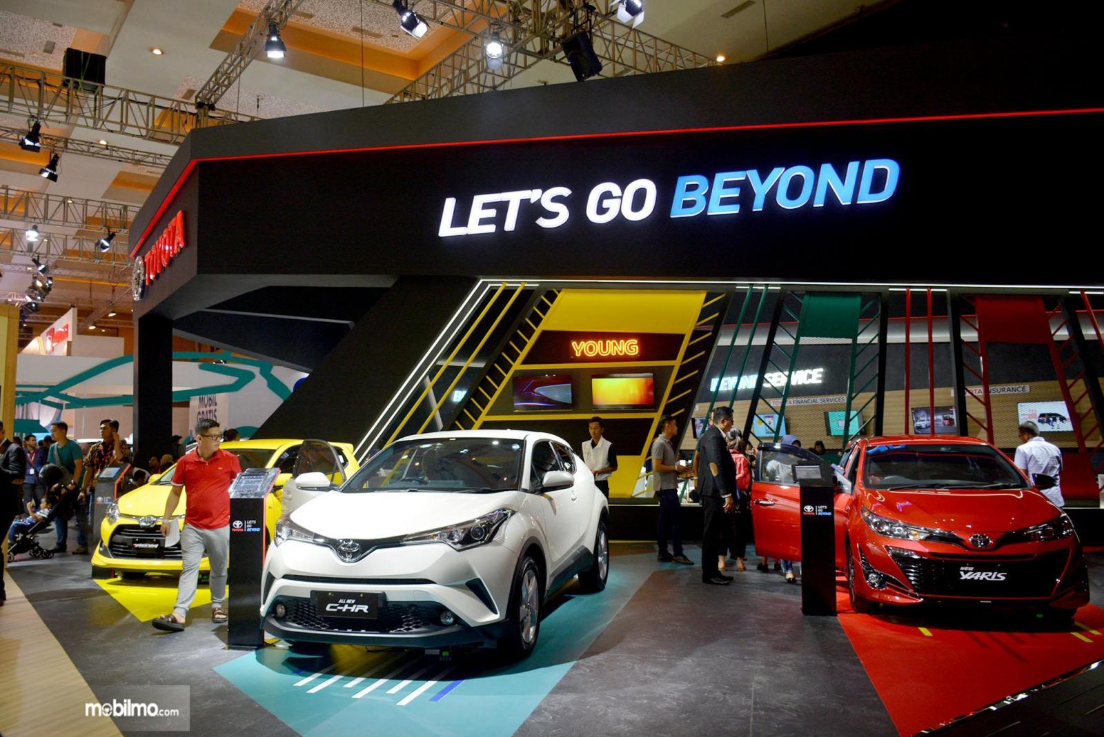 Foto deretan mobil di Booth Toyota pada pameran Telkomsel IIMS 2019