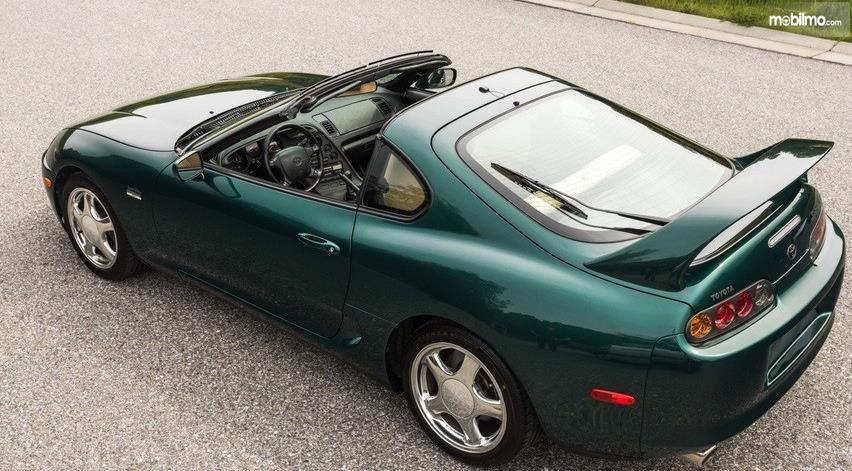 Gambar ini menunjukkan atap mobil Toyota Supra 2007 yang dibuka