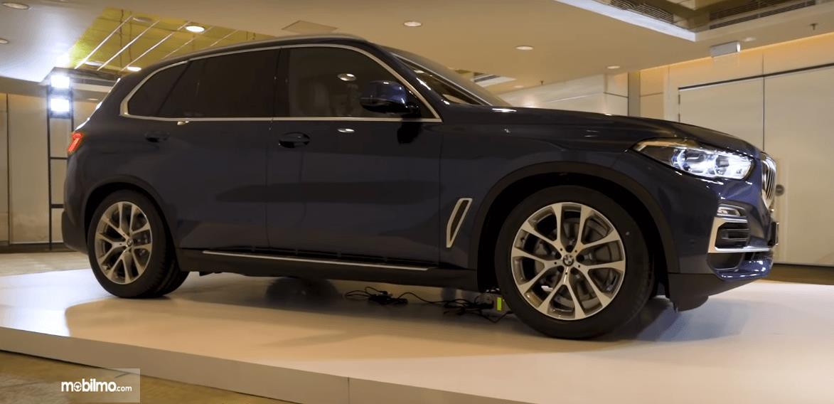 Gambar ini menunjukkan bagian samping All-New BMW X5 xDrive40i xLine 2019