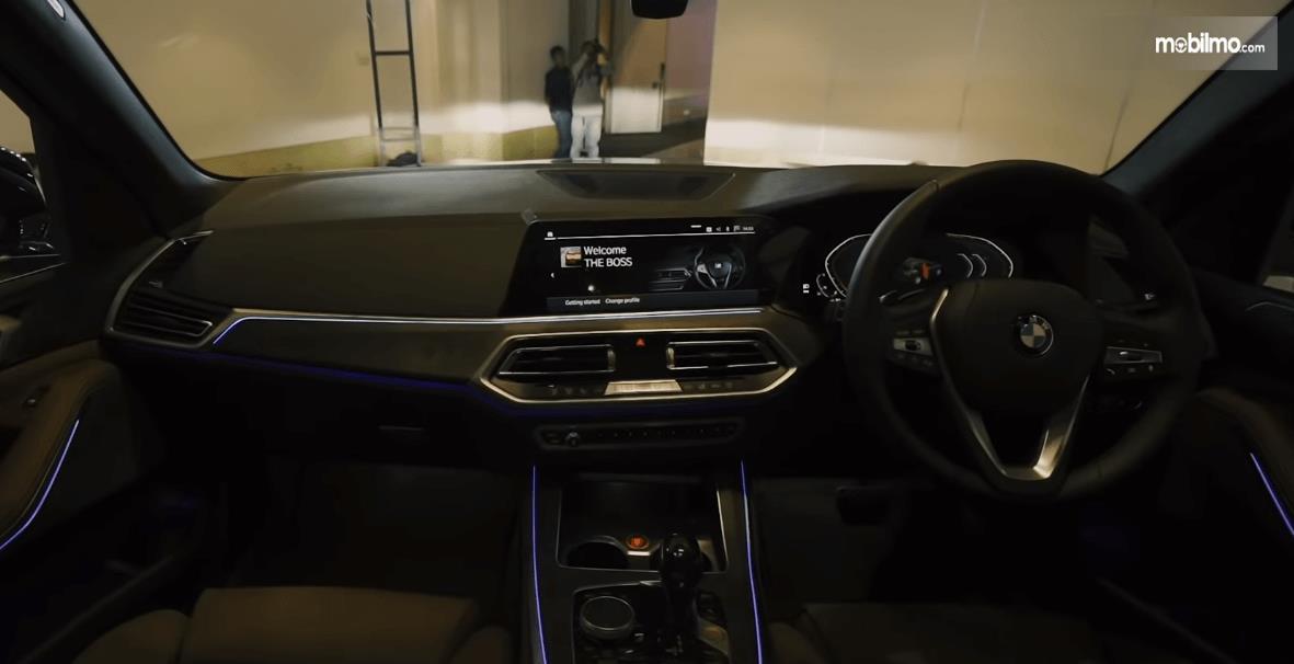 Gambar ini menunjukkan bagian dashboard dan kemudi All-New BMW X5 xDrive40i xLine 2019