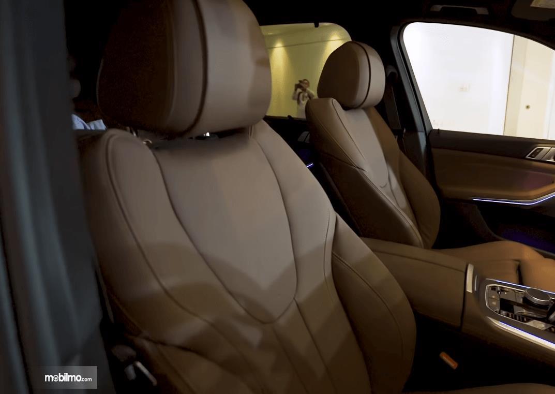gambar ini menunjukkan jok depan mobil All-New BMW X5 xDrive40i xLine 2019