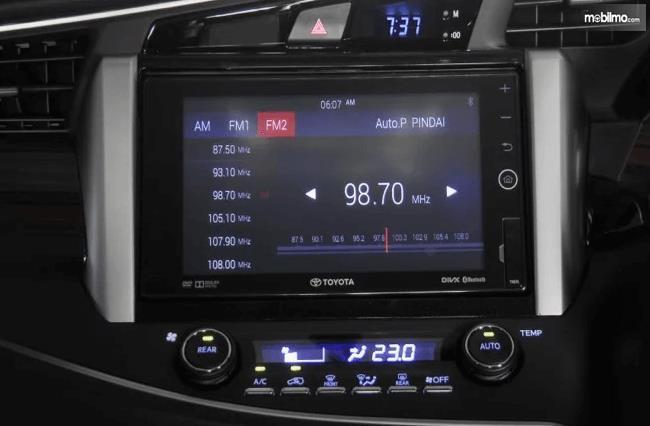 Gambar ini menunjukkan layar yang menunjukkan chnel radio pada head unit mobil