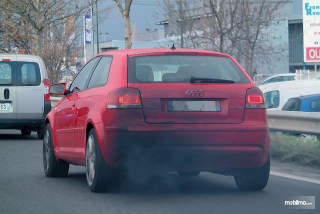 Foto Audi A3 melintas di jalanan mengeluarkan asap hitam