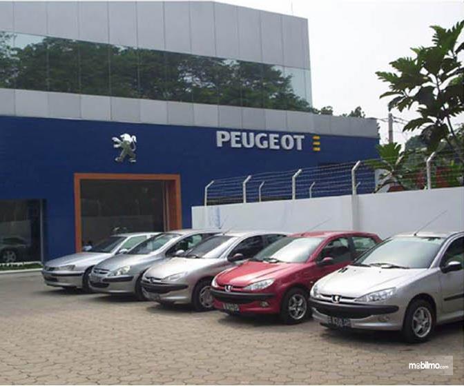 Foto sederet mobil Peugeot di depan diler