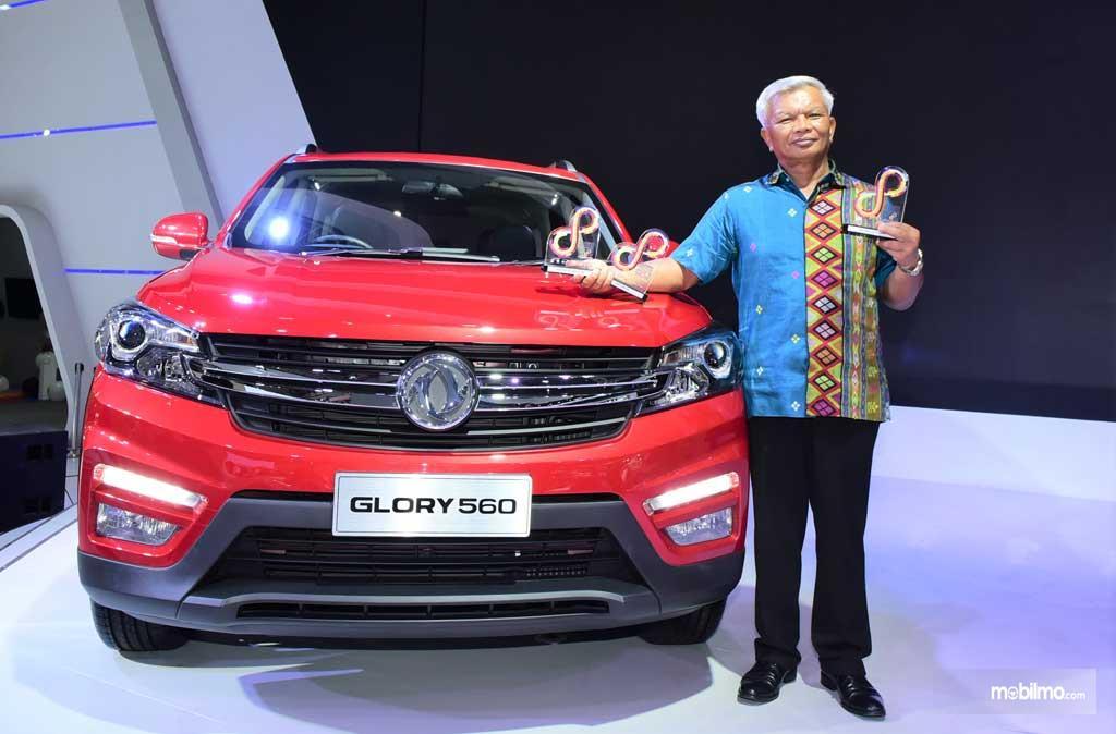 Foto perwakilan PT Sokonindo Automobile menerima penghargaan untuk DFSK Glory 560 di IIMS 2019