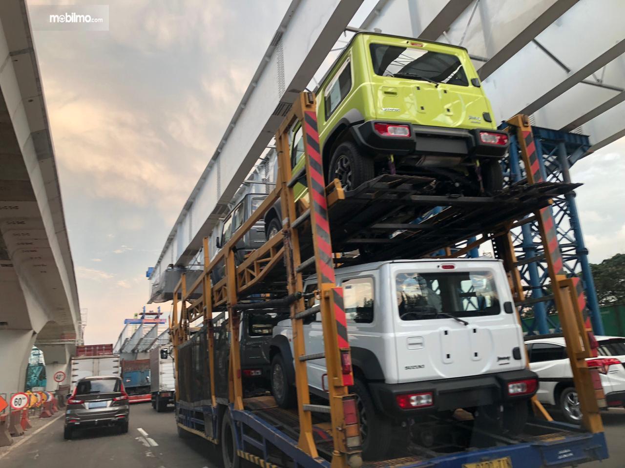 Foto pengiriman Suzuki Jimny menggunakan truk besar