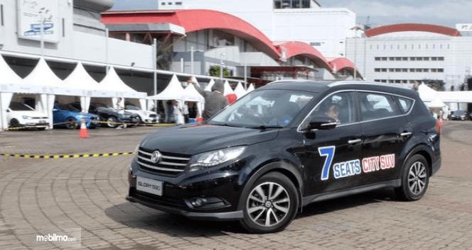 Gambar ini menunjukkan Mobil DFSK Glory 580 warna hitam