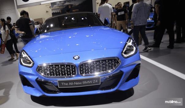 Gambar ini menunjukkan BMW Z4 sDrive30i M Sport 2019 warna biru tampak bagian depan