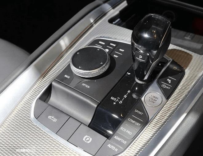 Gambar ini menunjukkan fitur pada BMW Z4 sDrive30i M Sport 2019 dekat pada tuas transmisi