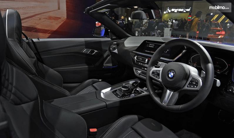 Gambar ini menunjukkan interior BMW Z4 sDrive30i M Sport 2019
