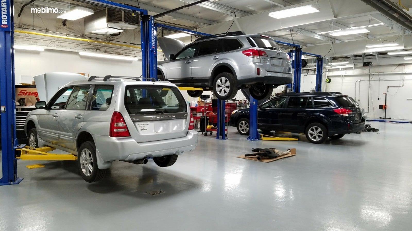 Foto menunjukkan beberapa mobil Subaru sedang dalam proses servis