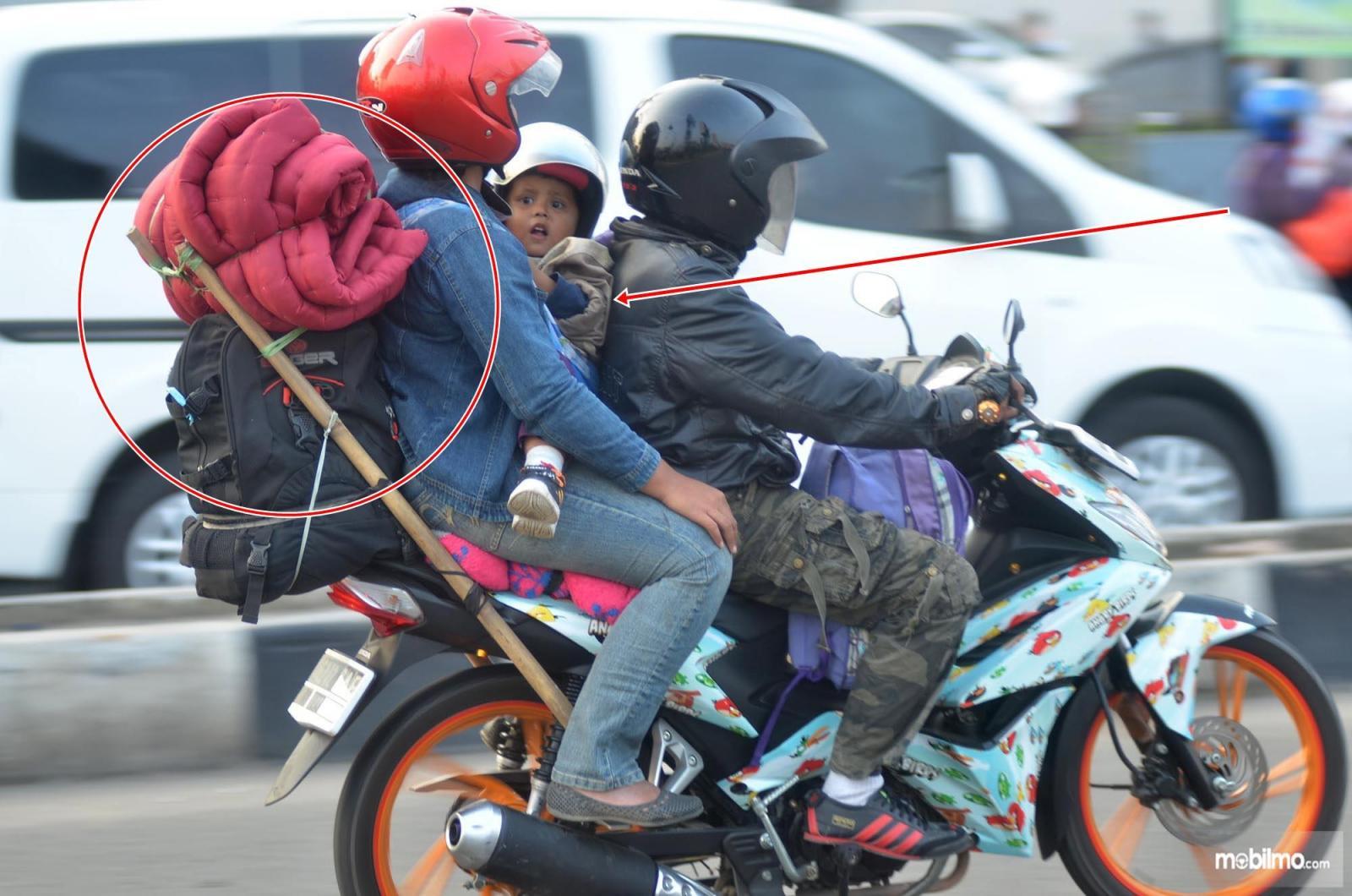 Foto sepeda motor kelebihan muatan saat mudik