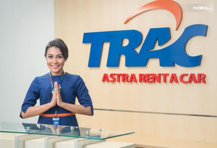 Gambar ini menunjukkan seorang pegawai wanita sedang memberi salam di TRAC