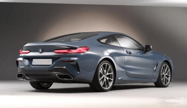Gambar ini menunjukkan All New BMW Seri 8 Coupe tampak samping kanan dan belakang