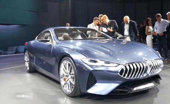 Gambar ini menunjukkan mobil All New BMW Seri 8 Coupe tampak bagian depan