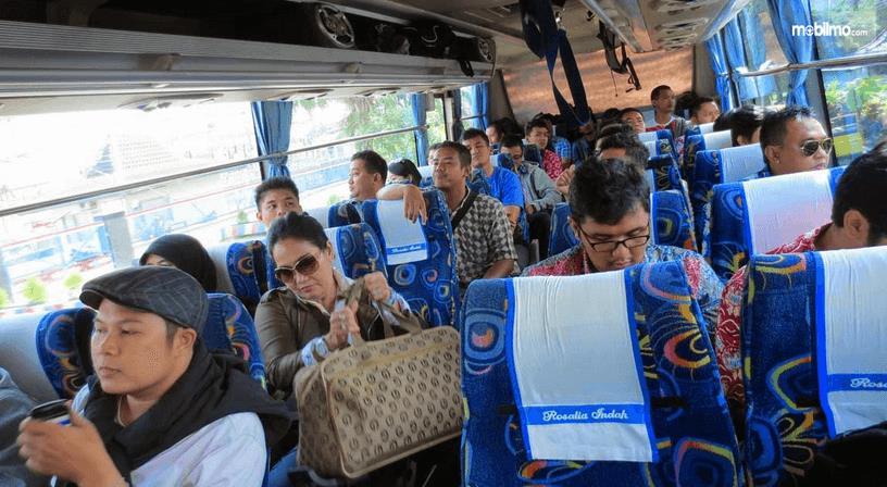Gambar ini menunjukkan banyak orang sedang berada di dalam bus