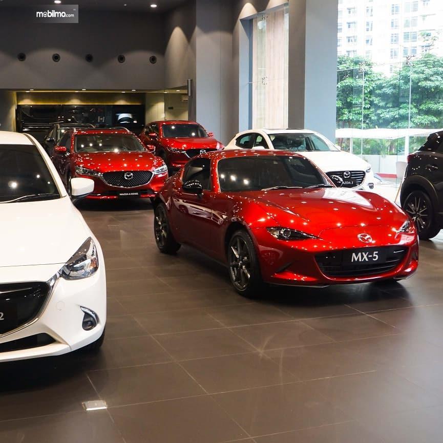 Foto suasana diler Mazda Simprug