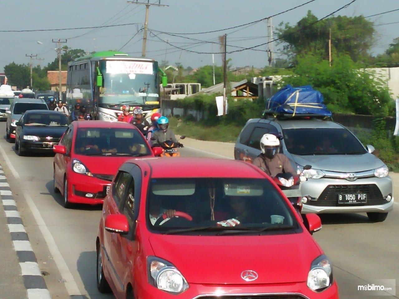 Foto menunjukkan salah satu kondisi lalu lintas di jalan raya