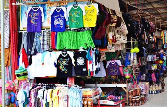Gambar ini menunjukkan banyak pakaian yang dijual di rest area