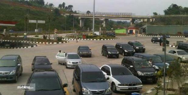 Gambar ini menunjukkan banyak mobil sedang berada di lokasi parkir