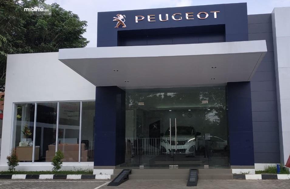 Foto tampak depan diler Astra Peugeot Solo