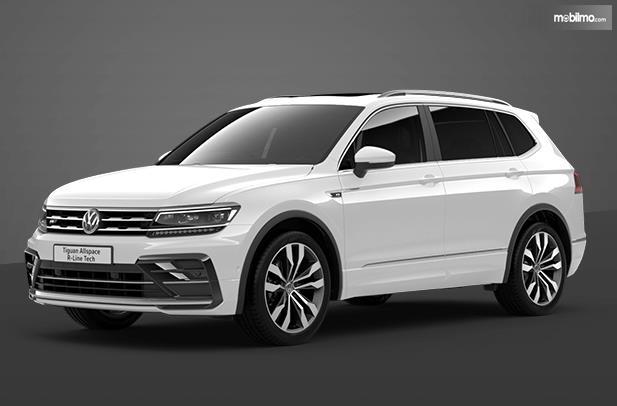 Gambar ini menunjukkan mobil VW Tiguan Allspace warna putih tampak bagian depan dan samping kiri