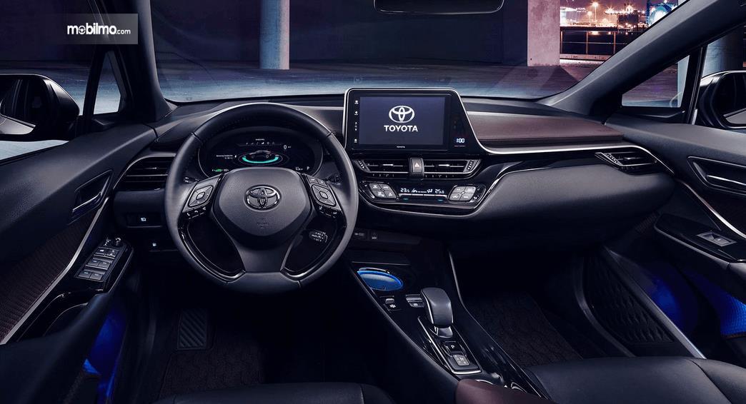 Gambar ini menunjukkan interior Toyota C-HR EV 2020 tampak kemudi dan dashboard