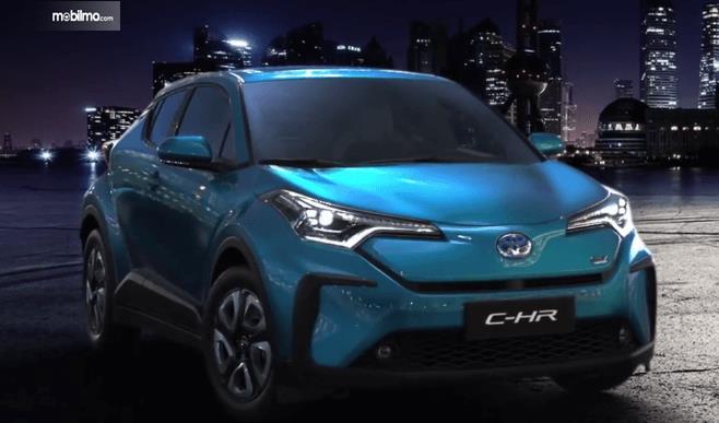 Gambar ini menunjukkan mobil Toyota C-HR EV 2020 warna biru tampak depan
