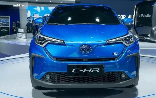 Gambar ini menunjukkan bagian depan Toyota C-HR EV 2020 warna biru