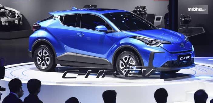 Gambar ini menunjukkan mobil Toyota C-HR EV 2020 sedang dalam pameran