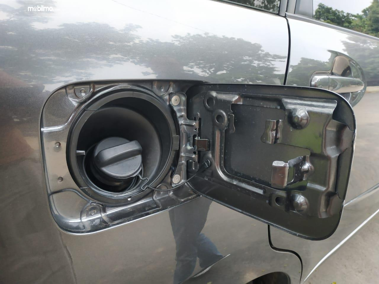 Tampak tutup tangki mobil Toyota Avanza