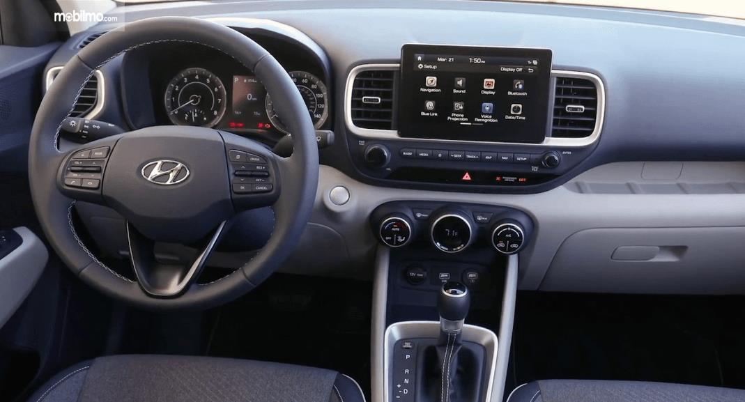 Gambar ini menunjukkan dashboard dan kemudi mobil Hyundai Venue 2019